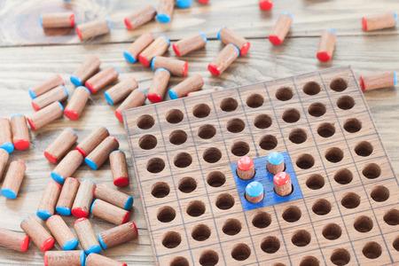 juguetes de madera: juguetes de madera juego de solitario Foto de archivo