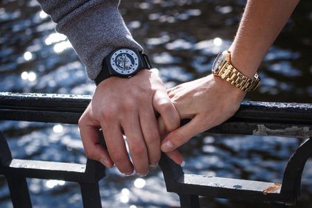 Vrouwen en mannen horloges. Man's hand met een vrouw Stockfoto