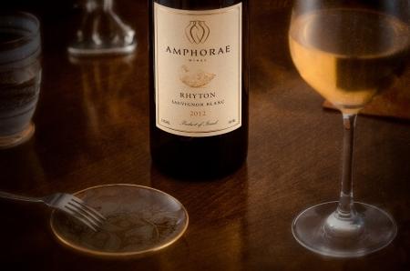sauvignon blanc: Wine Amphora Sauvignon Blanc, fork and saucer Editorial