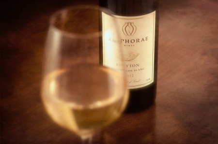 anforas: Un vaso de vino Ánfora 2012 en la mesa