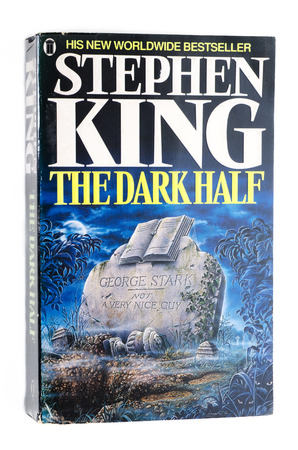 utilized: Paperback The Dark Half by Stephen King Editorial