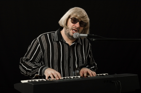 melodist: Singer accompanies himself on electric piano