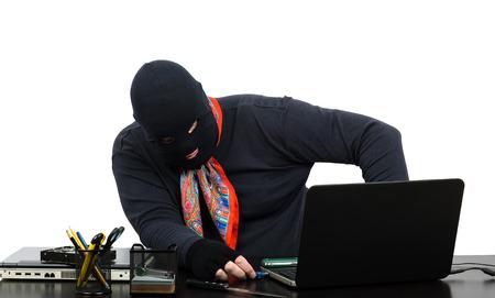 beroofd: Dief invoegen usb flash-geheugen in de laptop in bestolen kantoor