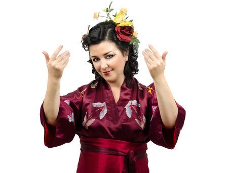 invitando: Flores kimono mujer cauc�sica pelo que le invita en el fondo blanco
