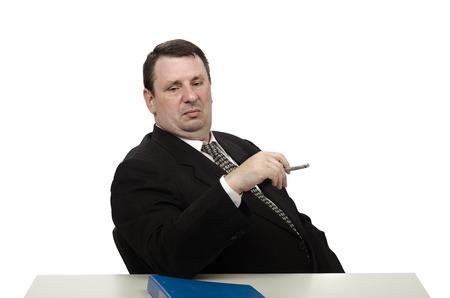 arrogancia: Empresario de mediana edad mirando a los zapatos de búsqueda de empleo en entrevista en el estrés Foto de archivo