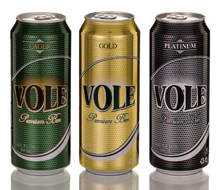 gold cans: Rishon Le Zion, Israele - 12 apr 2013: tre lattine di birra turca Vole: Premium Lager, Gold e Platinum che sono importati dalla Turchia. 500ml in ogni possibile prodotta da Turk Tuborg