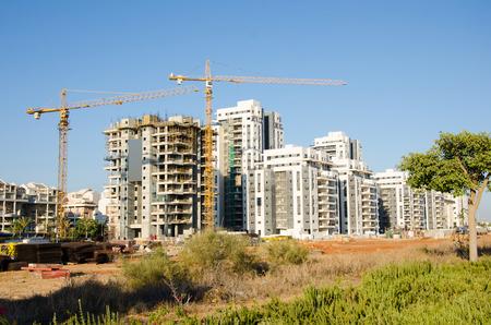 long shot: Tiro lungo di cantiere condomini in Israele Galili Street, Rishon LeZion, Israele. Nuovo quartiere residenziale in costruzione di fronte a Kiryat Cramim