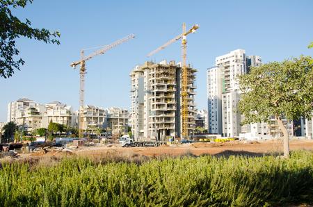 long shot: Campo lungo del cantiere del quartiere residenziale in Israele Galili Street, Rishon LeZion, Israele. Nuova costruzione di appartamento in costruzione di fronte Kiryat Cramim Editoriali