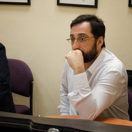 yiddish: Rishon Le Zion, Israele-18 dicembre 2013: Ritratto di attore israeliano Gera Sandler al tavolo prima performance al Yiddish Fest in sala Yad Lebanim Editoriali