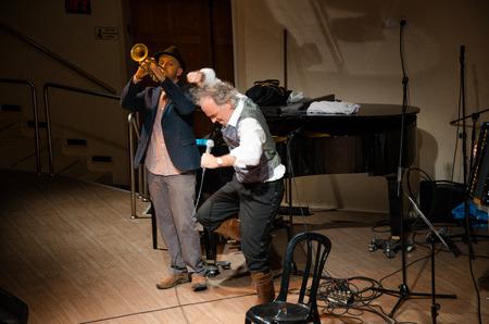 yiddish: Rishon Le Zion, Israele-18 dicembre, 2013: performer Yiddish israeliano Mendy Cahan � ballare energicamente in Yiddish Fest nel padiglione Yad Lebanim. Eli Preminger-trumpet