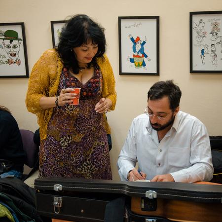 yiddish: Rishon Le Zion, Israele-18 dicembre, 2013: Alexandra Gorelik e Gera Sandler si stanno preparando per la performance al Yiddish Fest nel padiglione Yad Lebanim. Colpo Backstage. Editoriali