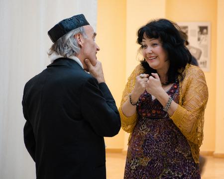 yiddish: Rishon Le Zion, Israele-18 dicembre 2013: Due cantanti Yiddish israeliani Mendy Cahan e Alexandra Gorelik hanno piacevole conversazione prima del concerto a Yiddish Fest in sala Yad Lebanim