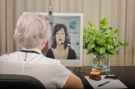 profesor alumno: Profesor de pelo gris con experiencia está trabajando en línea con adultos Inglés estudiante de idiomas
