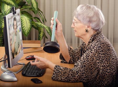 inodoro: Fontanero virtual explicando anciana c�mo usar un inodoro �mbolo