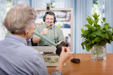 plumber: Experto en fontanería explica cómo usar un inodoro émbolo para la mujer mayor a través de Internet