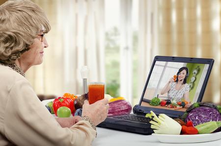 栄養コーチが高齢女性のかつらの教えのオンライン レッスン中に、自宅でドリンクをデトックスする方法だけ