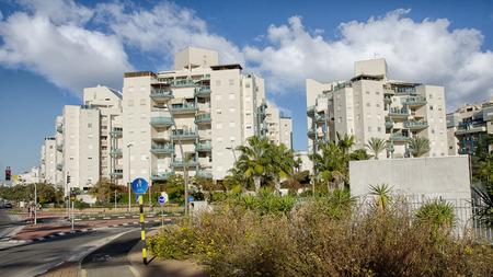 Rishon LeZion, Israel - 16. Januar 2016: Blick auf den 8-stöckigen modernen Wohngebäuden in Kiryat Kramim Nachbarschaft