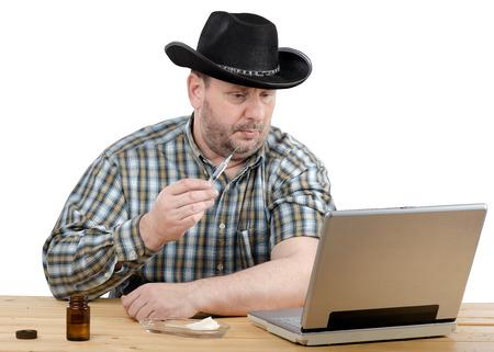 inyeccion intramuscular: Vaquero en sombrero negro aprende cómo dar una inyección intramuscular Foto de archivo