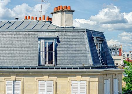 Paris, Frankreich - 5. Juni 2017: Blick auf die klassische Pariser Dachgeschosswohnung mit grau gefliester Fassade mit Dachböden und großem Schornstein. Close up Schuss wurde in Latin Quarter in sonnigen Tag aufgenommen Standard-Bild - 85431750