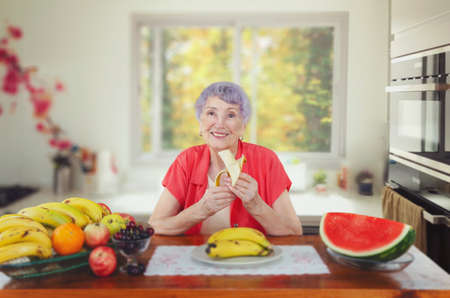 An eighty-year-old woman has long understood that to look good you have to eat bananas every day.