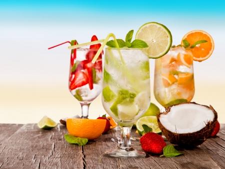 Zomer dranken met onscherpte strand op achtergrond