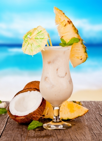 zomers drankje: Zomer drankje met onscherpte strand op achtergrond Stockfoto