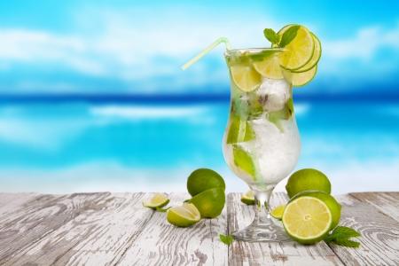 Zomer drankje met onscherpte strand op achtergrond Stockfoto