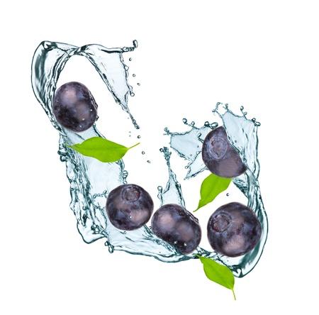 ブルーベリーと葉の水のしぶき