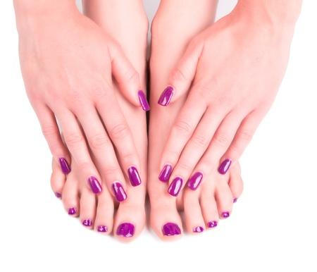 Mooie vrouw handen en tong. Manicure concep