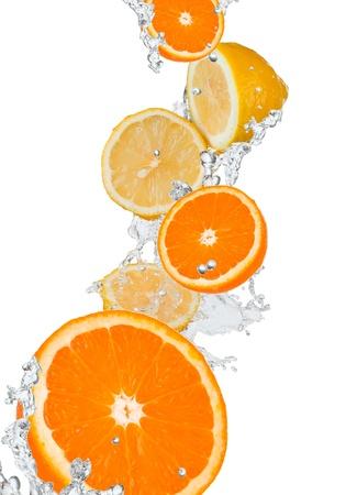 fris oranje in water splash