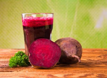 beetroot: Jugo de remolacha, bebida saludable en la madera