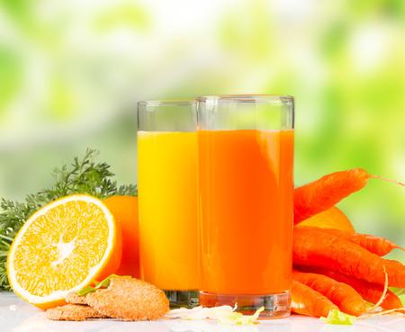 zanahorias: Jugo de naranja fresco y zanahoria, bebida saludable en el cuadro blanco Foto de archivo