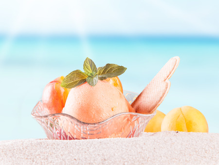 coppa di gelato: Sundae sulla sabbia con spiaggia tropicale