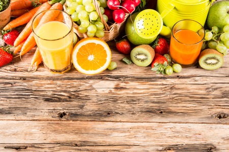verre de jus d orange: concept de jardin, fruits et l�gumes frais sur la table en bois, Arrosoir, graines, plantes Banque d'images