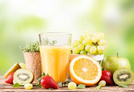 Verse jus d'orange, Gezonde drank op hout, ontbijt concept, Natuur fruit en groente Stockfoto