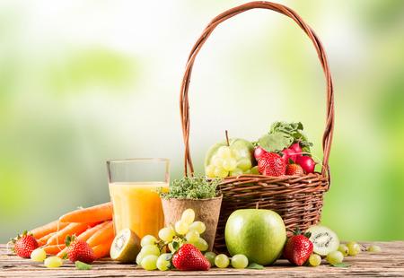 jugo de frutas: Jugo de naranja fresco, bebida saludable en la madera, el concepto de desayuno, frutas y verduras Naturaleza