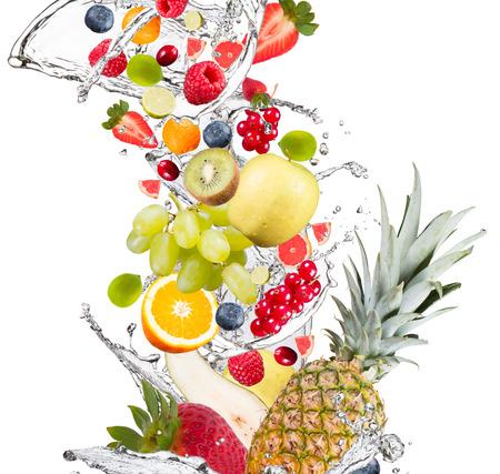 Vers fruit vallen in het water splash, geïsoleerd op witte achtergrond Stockfoto