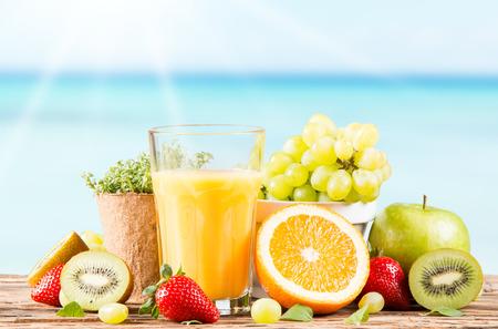 jugos: Jugo de frescas, frutas y verduras en la mesa Foto de archivo