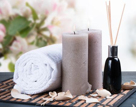 spa massage instelling, product, olie op houten achtergrond