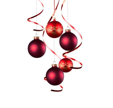 pelota: Brillantes bolas rojas de Navidad con cintas rizadas aislados en el fondo blanco