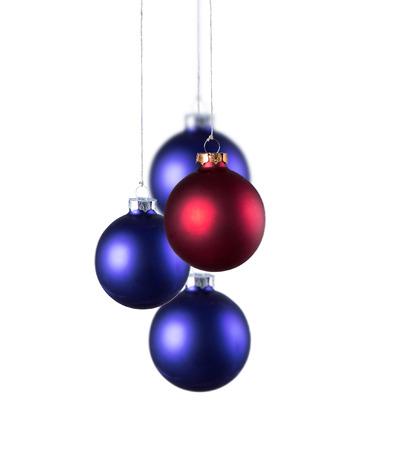 moños navideños: Brillantes bolas azules de Navidad con cintas rizadas aislados en el fondo blanco
