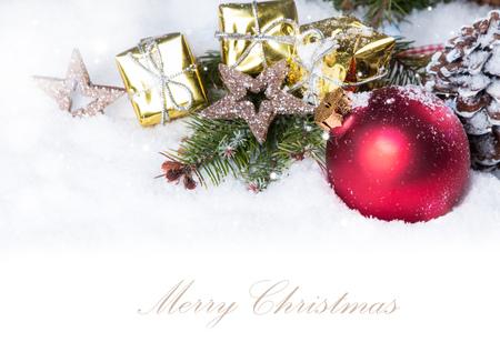 cajas navide�as: Fondo de Navidad con un ornamento rojo sobre la nieve, decoraci�n de vacaciones