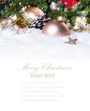 cajas navide�as: Fondo de la Navidad con un adorno de oro sobre la nieve, decoraci�n de vacaciones