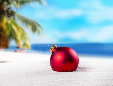 palmier: Ornement de No�l sur une plage, le concept d'un temps chaud et tropical de No�l