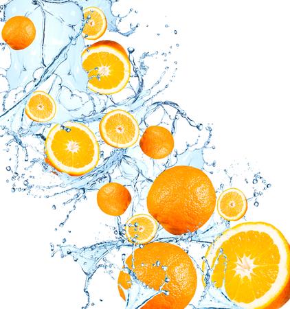 新鮮な果物、水のしぶき、白い背景で隔離の落下オレンジ
