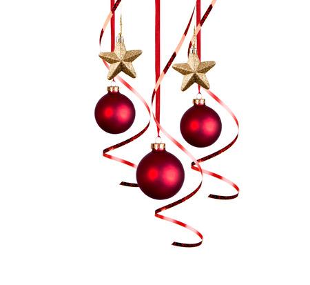 moños navideños: Brillantes bolas rojas de Navidad con cintas rizadas aislados en el fondo blanco