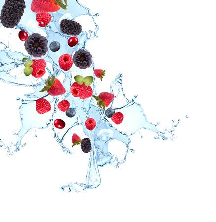 Vers fruit, bessen vallen in het water splash, geïsoleerd op een witte achtergrond Stockfoto