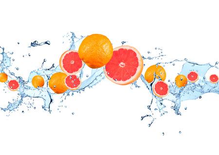 Frisches Obst im Wasserspritzen, fallende Grapefruit