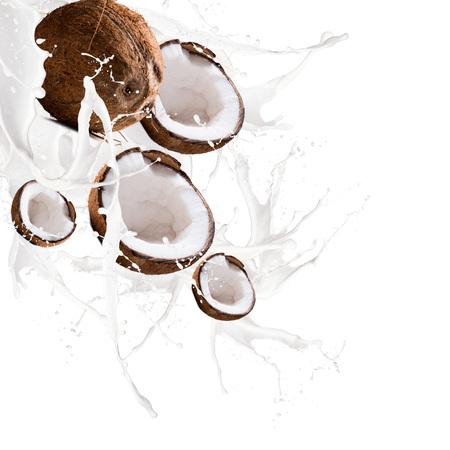 Fruit, in kokosmelk splash, geïsoleerd op witte achtergrond