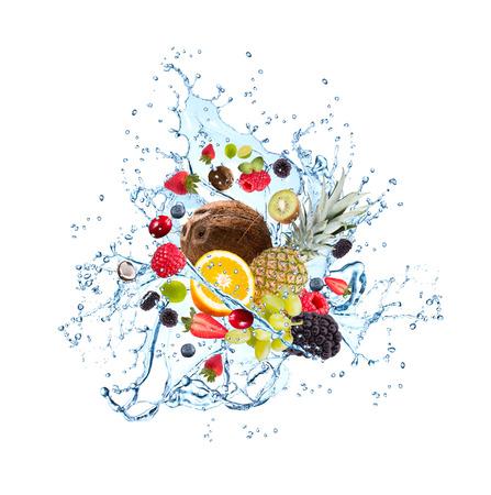 segmento: Frutas frescas que caen en el chapoteo del agua, aisladas sobre fondo blanco Foto de archivo